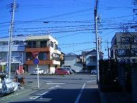 第六中学校の壁にそって歩きます、正面が梅ヶ谷新道です