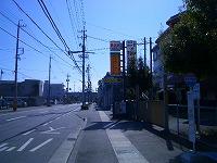 静岡市立清水第六中学校東側の門が右手にあります